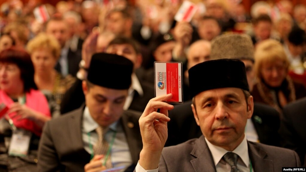Дөнья татар конгрессының V корылате делегатлары тавыш бирә. 6-9 декабрь, 2012