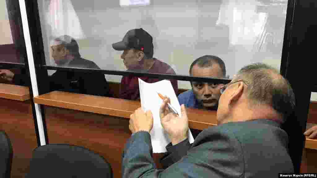 Водители, обвиняемые по делу о «сгоревшем автобусе» в Актюбинской области, перевозившем мигрантов из Узбекистана. В результате пожара погибли 52 человека, пять человек, включая казахстанских водителей, спаслись. Слева направо: обвиняемые Барат Танатов, Нуржан Киргизбаев, Максат Пернебеков и адвокат Хайрулла Алимагамбетов. Обвиняемые были приговорены к пяти годам тюремного заключения. Актобе, 3 сентября 2018 года.