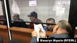 Водители, представшие перед судом по делу о пожаре в автобусе (слева направо): Барат Танатов, Нуржан Кыргызбаев, Максат Пернебеков – и адвокат Хайрулло Алимагамбетов. Актобе, 3 сентября 2018 года.