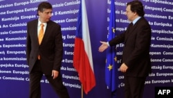 European Commission President Jose Manuel Barroso (right) welcomes Czech Prime Minister Jan Fischer to EU headquarters in Brussels on October 13.