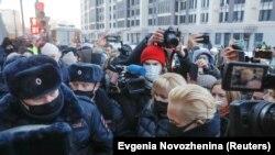 د الکسي ناوالنۍ ملاتړي په مسکو کې له پولیسو سره کیوتي