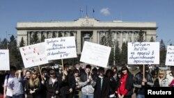 У реформы образования в России пока что одни противники - мало, кто поддерживает новые инициативы