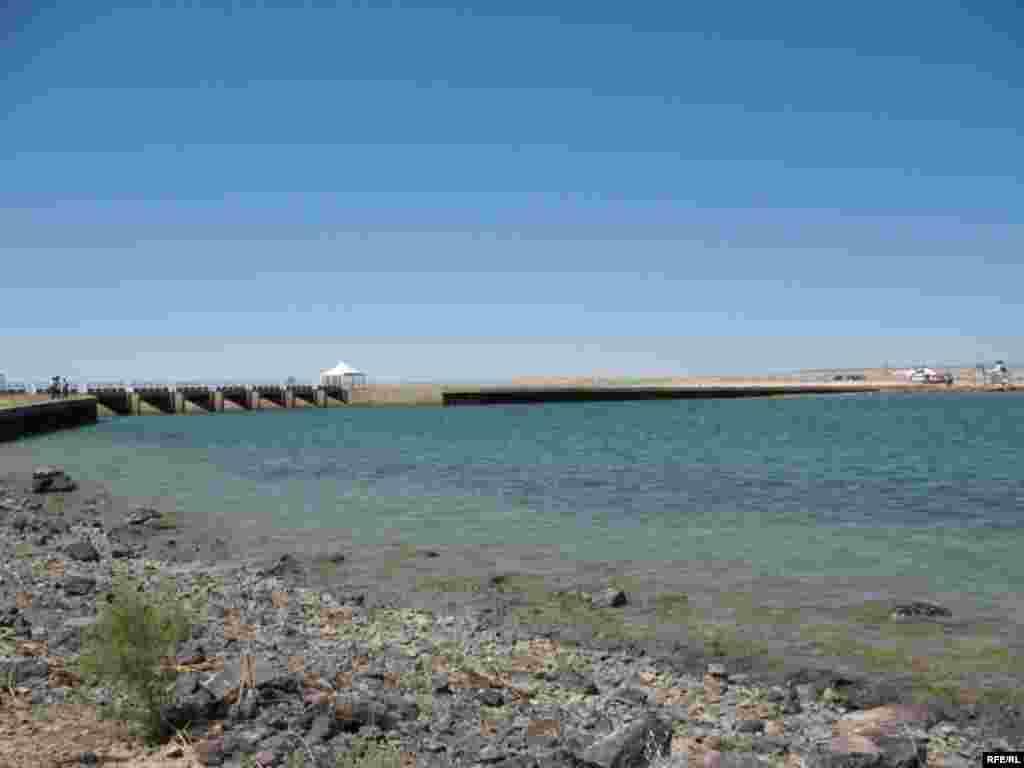 Кок-Аральская плотина стала первым крупным успешным проектом по спасению Арала. - Кок-Аральская плотина стала первым реальным спасением Арала.