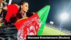 Cântăreața afgană Aryana Sayeed, pe un stadion cu steagul Afganistanului de dinainte de victoria talibanilor. Între timp, ea a reușit să fugă din țară.