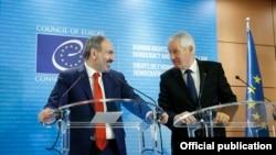 Премьер-министр Армении Никол Пашинян (слева) и генеральный секретарь Совета Европы Турбьерн Ягланд, Страсбург, 11 апреля 2019 г.