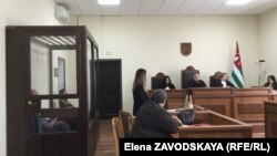 Судебный процесс начался с ходатайства адвоката подсудимого Инги Габелаиа, которая заявила, что ее подзащитный содержится под стражей незаконно