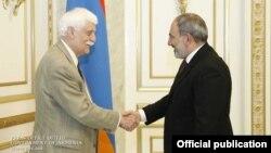 Премьер-министр Армении Никол Пашинян (справа) принимает знаменитого ученого, изобретателя и врача Реймонда Дамадяна, Ереван, 18 июня 2019 г.