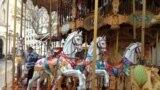 Авиньондун борборундагы карусель. Авиньон биринчи кезекте жайкы театр фестивалы менен таанылган, ал эми кышында мында 20 жылдан бери Жылкы-жан жарманкеси өтөт.