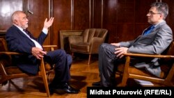 'Predsjedništvo u tome nije sudjelovalo (intervencija JNA u Sloveniji) i nije moglo jer smo bili 4-4.' (Na fotografiji Mesić u razgovoru sa Štavljaninom)