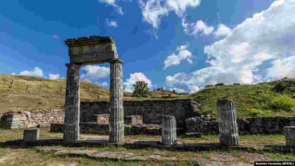 Керчь, Пантикапей. Среди ныне существующих городов Восточной Европы не найти древнейшего чем Пантикапей. Примерно в 600 году до нашей эры его основали эллины, выходцы из Милета. А уже в 5 веке до нашей эры Пантикапей стал столицей Боспорского царства. Город был ремесленным и культурным центром, располагал обширной гаванью и торговал хлебом со всем Средиземноморьем. До настоящего времени на территории современной Керчи сохранились остатки стен зданий, башен и мраморные колонны Пантикапея. Самый главный символ руин античного города – высокая арка с колоннами и резным каменным портиком
