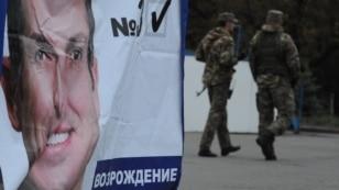 Українській патруль біля передвиборчого намету на площі Леніна в Слов'янську, 22 жовтня 2014 року