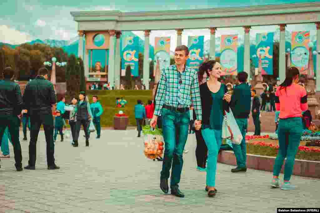 Многие гости фестиваля уносили с собой яблоки - символ города Алматы.
