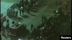 Національні гвардійці та поліцейські протистоять демонстрантам у Фергюсоні, штат Міссурі, США, 25 листопада 2014 року