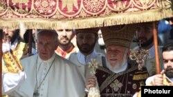 Папа Римский Франциск и Католикос всех армян Гарегин Второй во время божественной литургии в Первопрестольном Святом Эчмиадзине, 26 июня 2016 г.