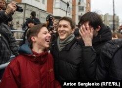 Егор Жуков (в центре) после условного приговора Кунцевского суда