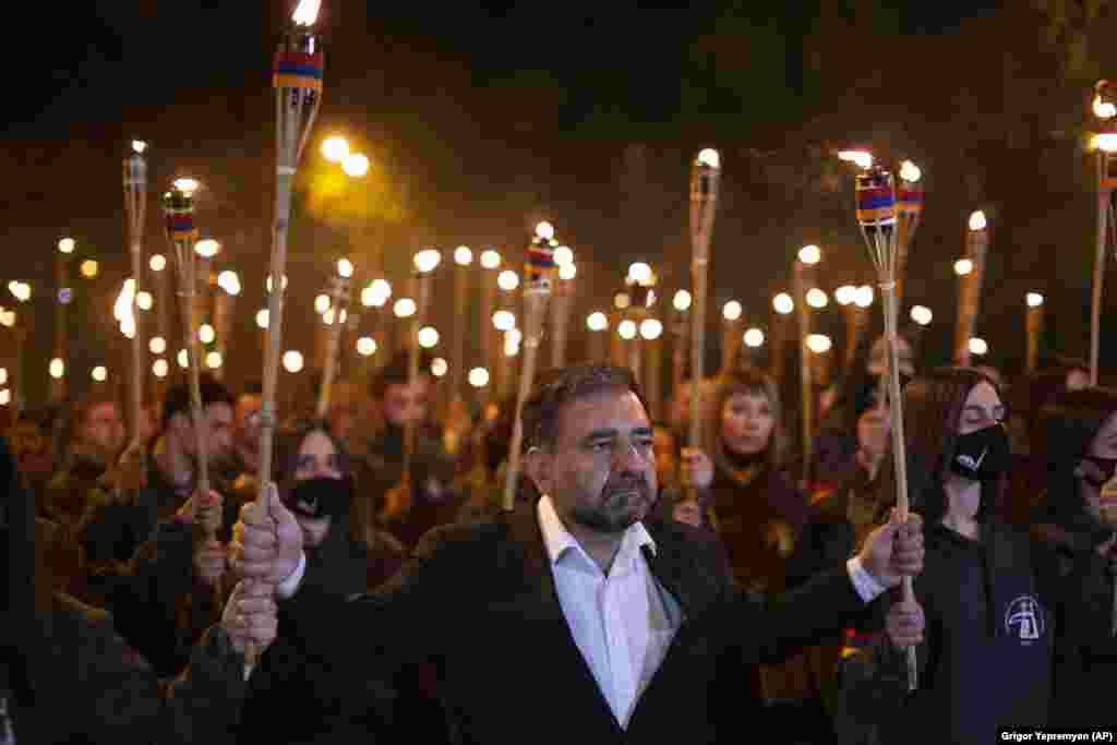 Procesiune cu torțe în timpul unei demonstrații care marchează 106 ani de la masacrul împotriva armenilor, organizat în onoarea victimelor genocidului armean, Erevan, Armenia. Armenii au marcat comemorarea celor 1,5 milioane de armeni uciși de către turcii otomani, eveniment considerat de către comunitatea istoricilor din întreaga lume drept genocid, deși Turcia respinge afirmația.