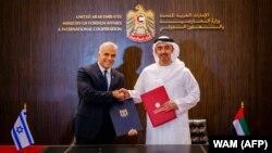 یائیر لاپید (چپ) در کنار وزیر خارجه امارات