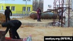 Рабочие на одной из строительных площадок в Жанаозене. 6 декабря 2013 года.