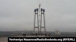 Міст через річку Дніпро в Запоріжжі почали будувати у 2004 році, проте досі роботи не завершили