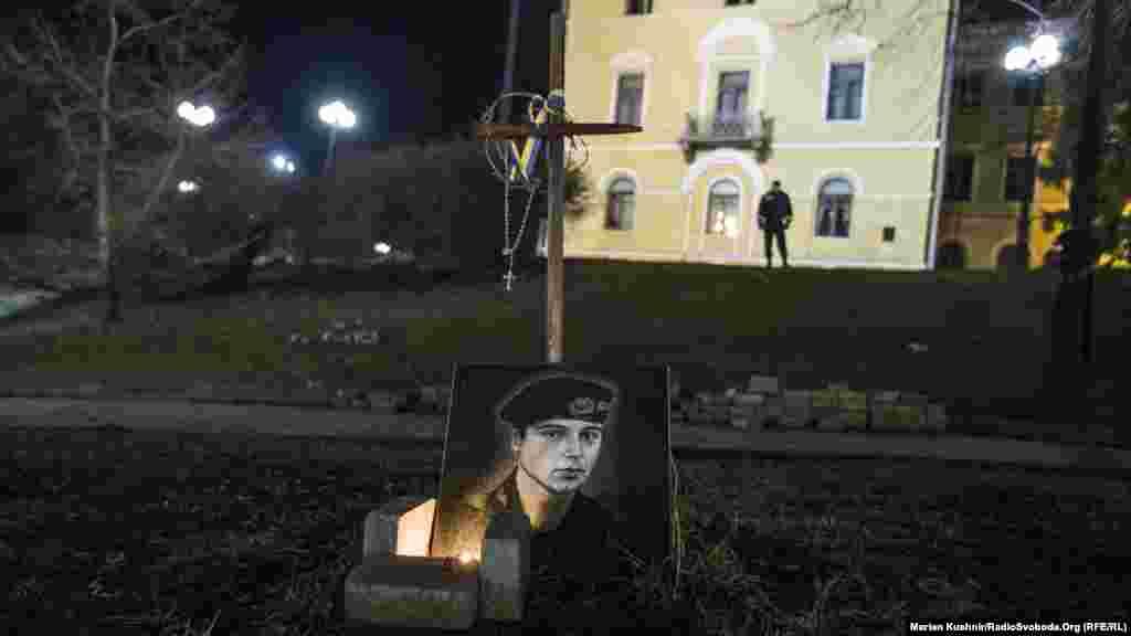 Свічка горить біля пам'ятного знаку силовику, який загинув у сутичках в центрі столиці