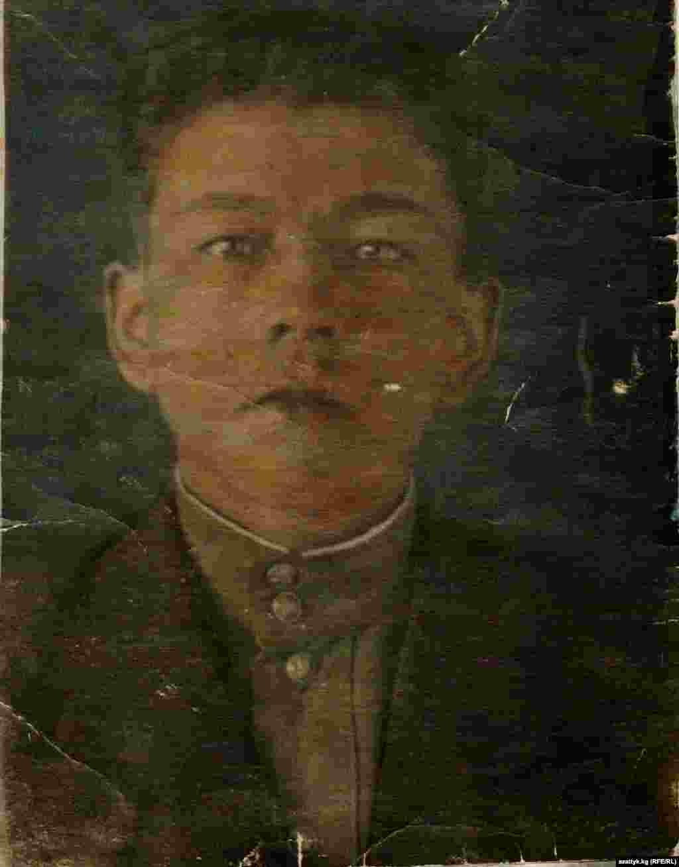 Житель села Саруу Асек Урмамбетов, 1923 года рождения, в июне 1943 года отправился на войну. Он воевал в Украине, Белоруссии и Балтике. В 1944 году он получил ранение и потерял ногу. Общественности он также известен как акын и автор многих книг. Сейчас он живет в Бишкеке. Фото из личного архива.