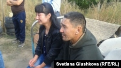 Дочь и муж Сарсемгуль Аширбаевой в момент начала сноса их дома на основании решения суда. Астана, 23 сентября 2014 года.