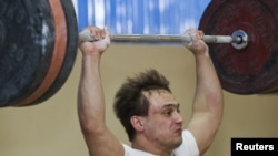 Илья Ильин, казахстанский тяжелоатлет, чемпион Олимпийских игр 2008 года в Пекине, готовится к Олимпиаде в Лондоне. Алматы, 20 марта 2012 года.