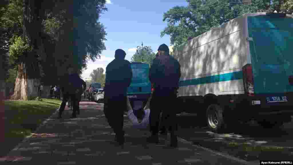 Полицейские ведут задержанного возле театра оперы и балета имени Абая. Алматы, 23 июня 2018 года. Фото корреспондента Азаттыка Аяна Калмурата.