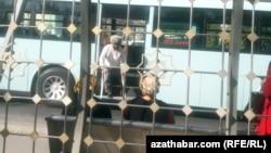 Пассажир с ограниченными физическими возможности выходит из городского автобуса, Ашхабад, ноябрь, 2020