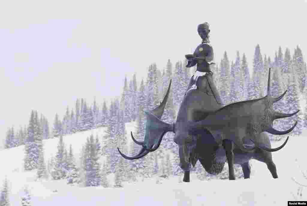 """Таштагол шаарындагы """"Алтын Шория"""" эстелигинде шор кызы багыш минип турат."""