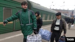 Unemployed migrant workers leaving Moscow last month.