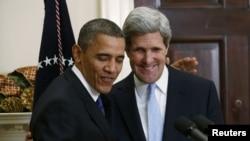 Барак Обама обнимает Джона Керри сразу после объявления, что последний объявлен кандидатом в госсекретари