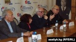 Türkmenistanyň sungatda at gazanan işgäri, režissýor Bulat Mansurow (çepden-saga üçünji) belli gyrgyz režissýory, merhum Toloşuş Okeýewiň hormatyna gurnalan ýatlama agşamynda söz sözleýär. Moswka, 16-njy noýabr, 2010.