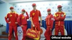 """2012-жылы Лондон шаарында өткөн жайкы Олимпиада оюндарына катышкан кыргыз спортчулары үчүн арналган """"Бугу эне"""" коллекциясындагы спорттук кийимдер."""
