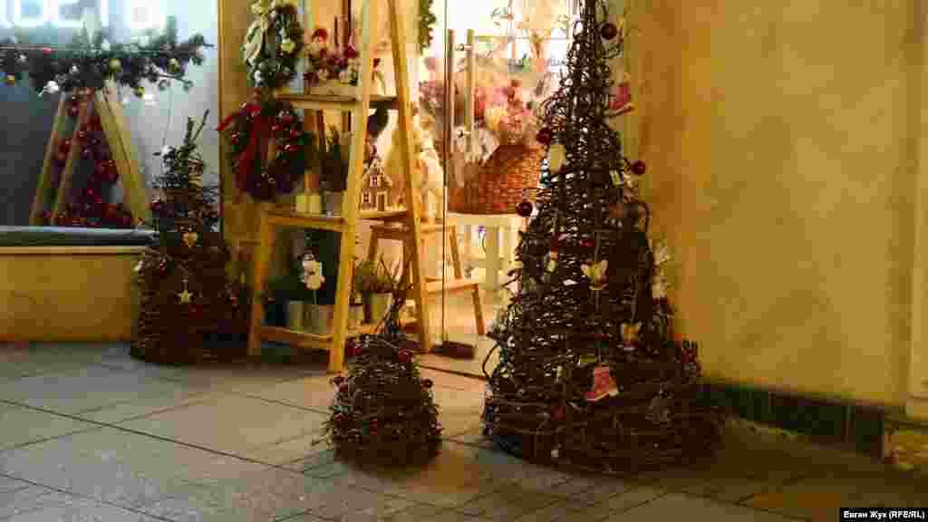 Святковий антураж севастопольських магазинів на Великій Морській