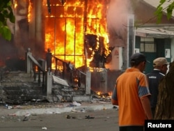 A building burns in Osh on June 11, 2010.