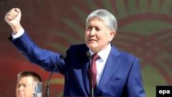 Кыргыз президенти Алмазбек Атамбаев эгемендик күнүндө сүйлөгөн сөзүндө Убактылуу өкмөттүн айрым мүчөлөрүн сынга алган.