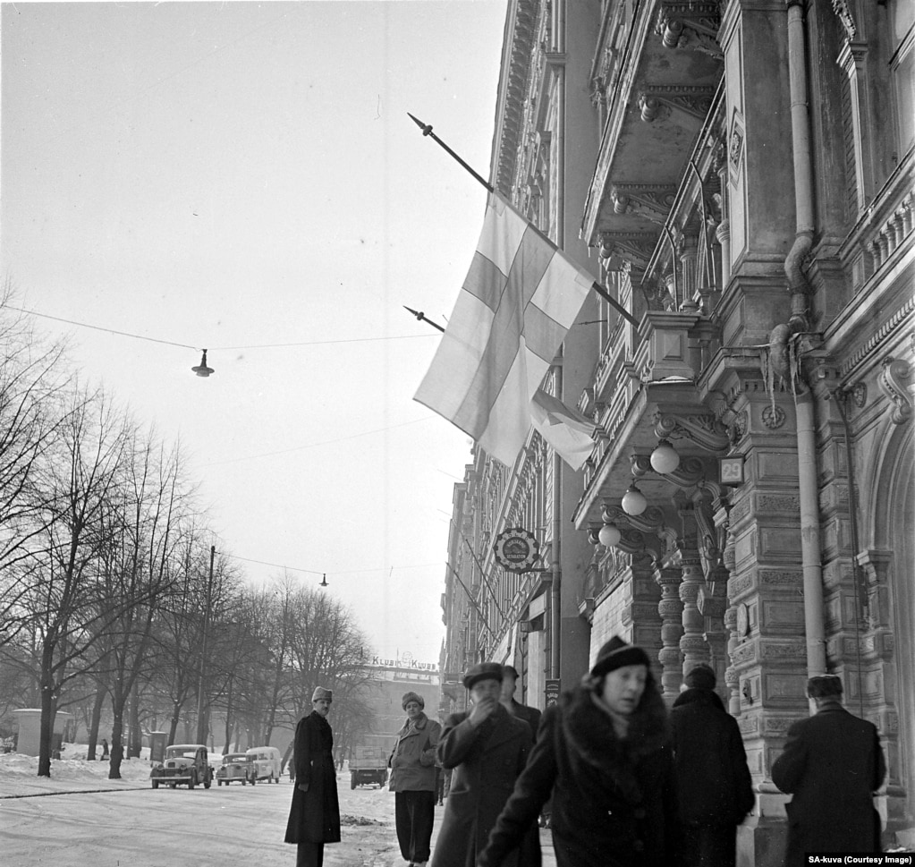 Finnish flags lowered at half-mast in Helsinki on March 13, 1940, after the peace treaty became public.