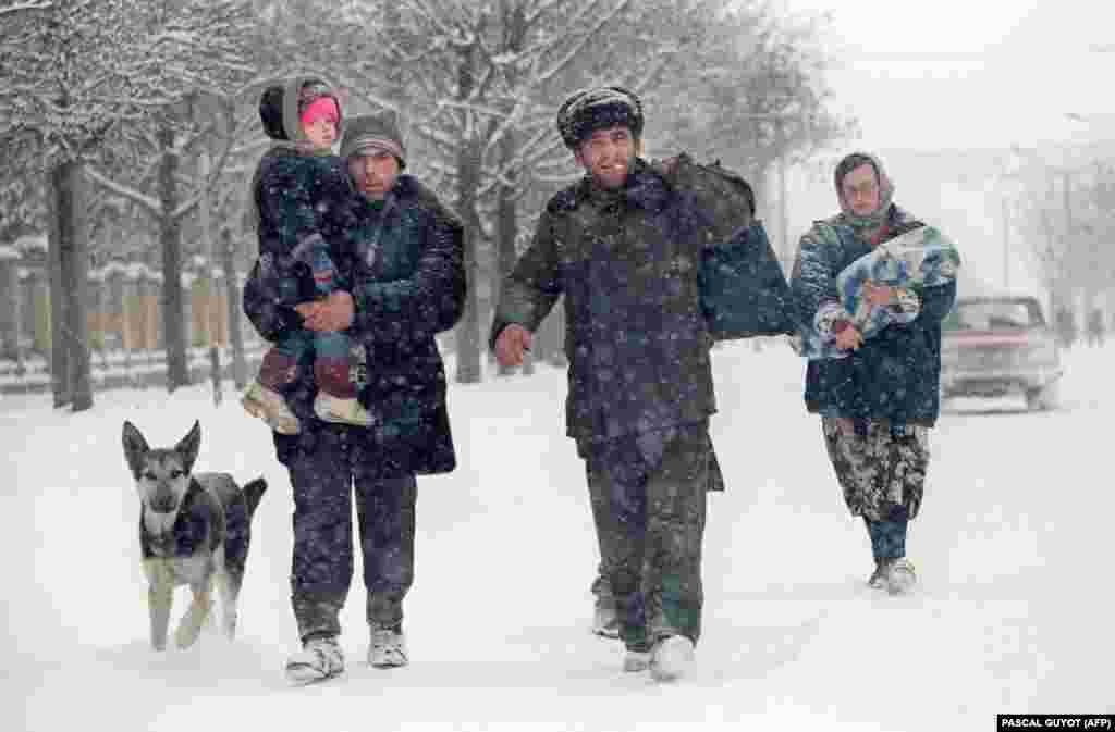 Чеченська родина залишає Грозний через безперервні бомбардування і ракетні обстріли. У місті не залишилося машин і громадського транспорту. 20 січня 1995 року