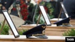После недолгих раздумий родственники погибших пассажиров согласились, чтобы фамилии летчиков значились на тех же мемориальных плитах
