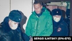 Алексея Навального после пятимесячного отсутствия в связи с тяжёлым отравлением встретили на родине полицией и наручниками.