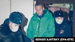 Алексей Навальный после пятимесячного отсутствия в связи с тяжёлым отравлением встречен на родине полицией и наручниками.