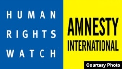 Human Rights Watch and Amnesty International guramalarynyň emblemalary.