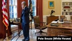 Президент США Барак Обама разговаривает по телефону в Овальном кабинете Белого дома. 8 ноября 2012 года. Иллюстративное фото.