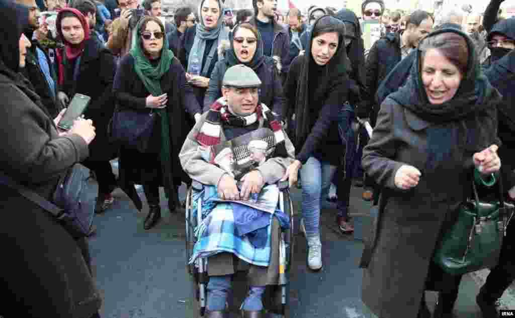 پروین فهیمی، مادر سهراب اعرابی از کشتهشدگان اعتراضات سال ۱۳۸۸
