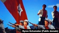 """Сцена из балета """"Красное раскрепощение женщин"""". Постановка 1972 года. Китай. Фото Byron Schumaker"""