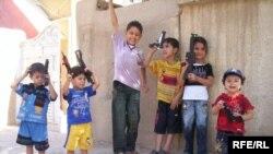 اطفال يحتفلون بالعيد عن طريق التبارز باسلحتهم البلاستيكية صورة من احد احياء مدينة الحرية