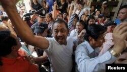 Желающие проголосовать на выборах в Бангкоке пытаются попасть к избирательным урнам. 2 февраля 2014 года