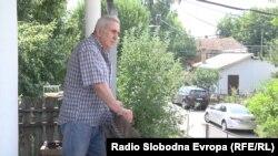 Novinar Milan Jovanović ispred obnovljene kuće