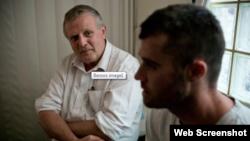دکتر جورج اونیل (چپ) در کلینیک شروع تازه یا «فرش استارت» در پرث، استرالیا